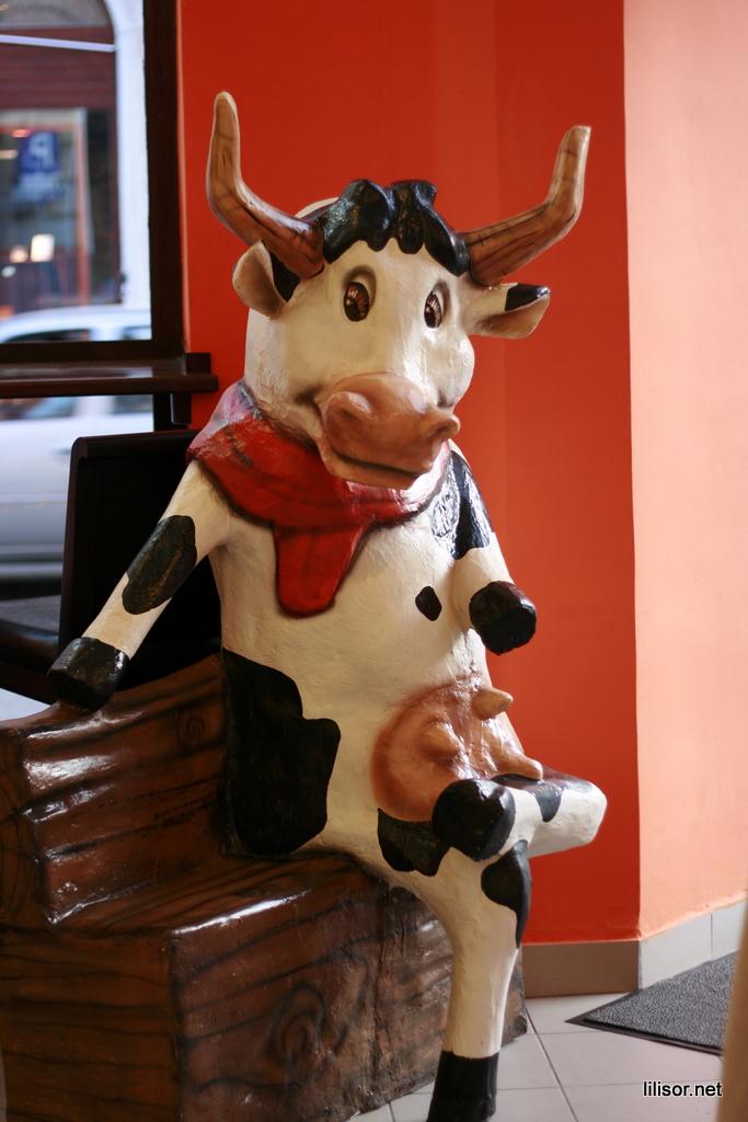 Vacuta mascota din Lactobar retro bistro