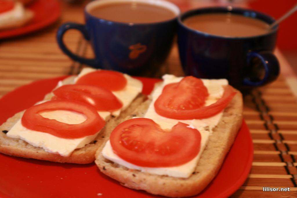 mic dejun cu chifle cu masline