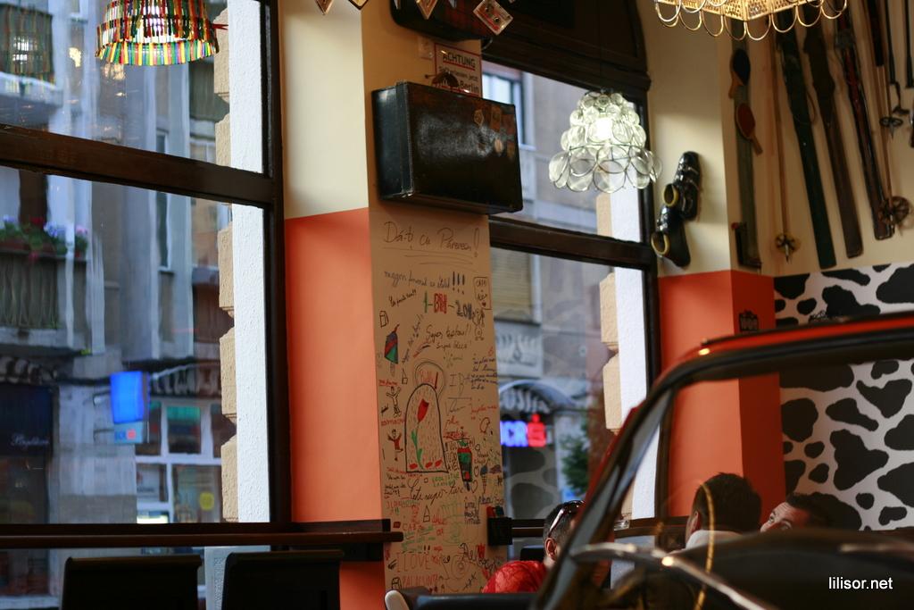 peretele cu semnaturi din lactobar retro bistro