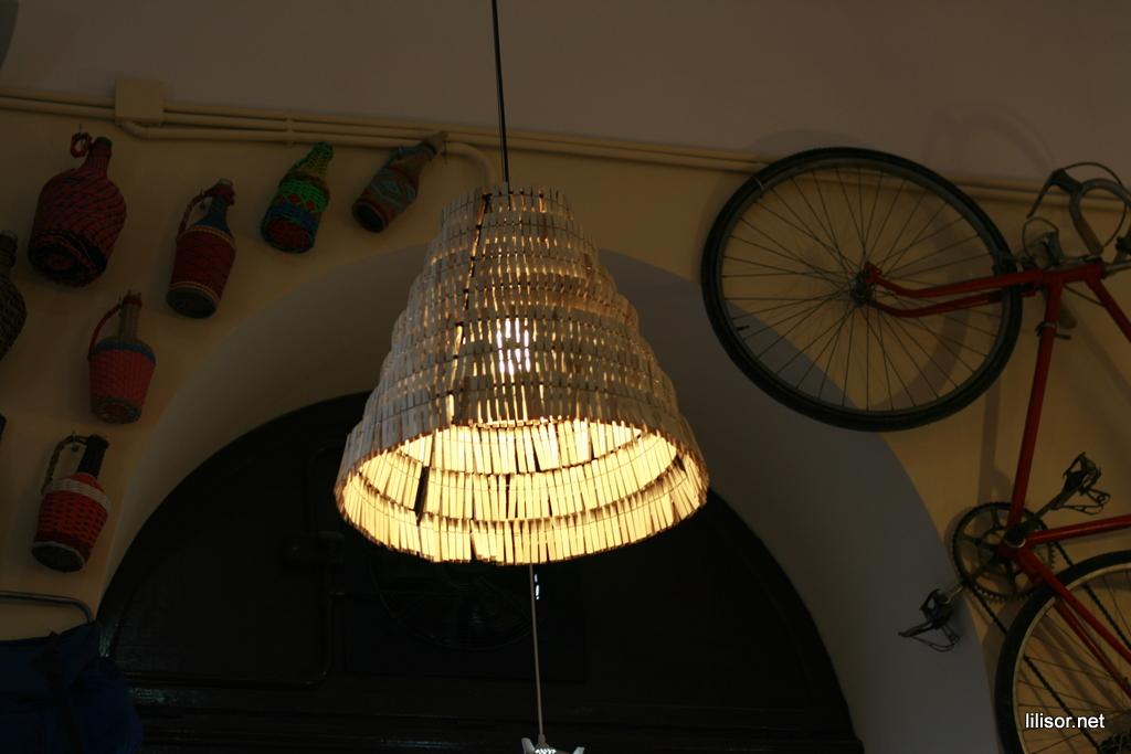 lampa din clame de haine in lactobar retro bistro