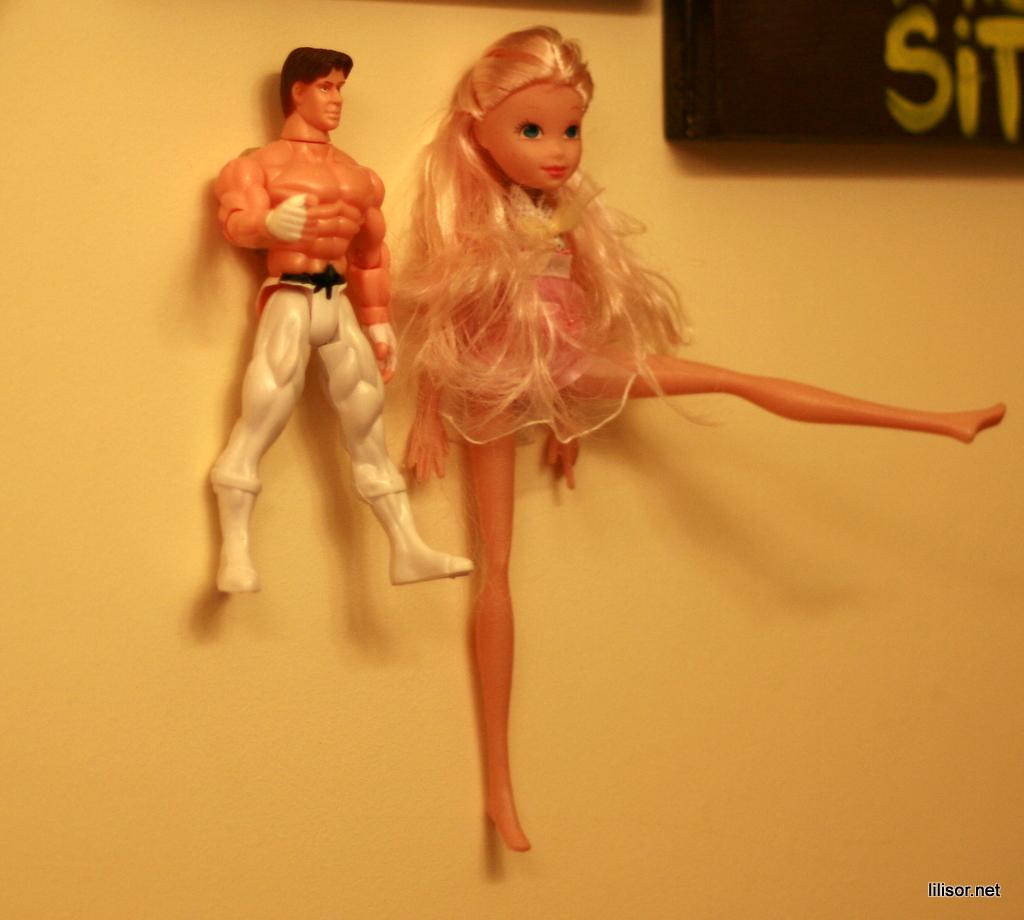 barbie si bruce lee semne de toaleta