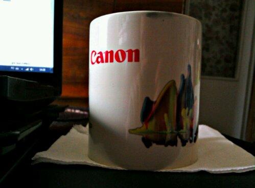 Cana de la Canon devine albă când conţine lichide fierbinţi. Pe măsură ce se răceşte devine neagră.