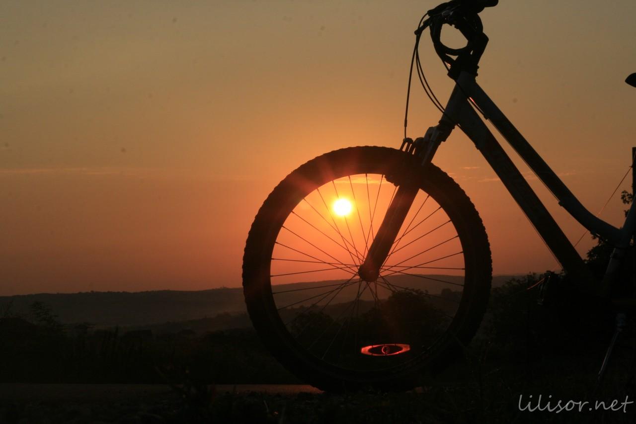 rasaritul soarelui vazut prin spitele bicicletei