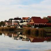 case pe malul lacului